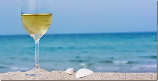 23048-650x330-verre-de-vin-blanc-plage-olga-khoroshunova