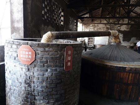Productie maotai: Cazane de bautura spirtoasa din orez