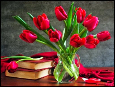 400_1312670342_752229-1024x768-still-life-wallpaper-tulips-flower-vase-book-desktop-pictures