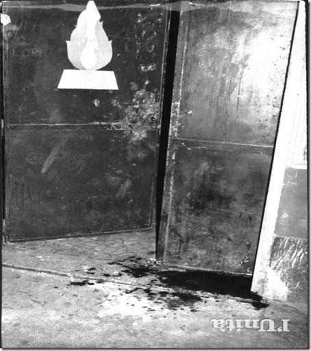 i fori dei proiettili sparati sulla saracinesca della sezione di Acca Larentia