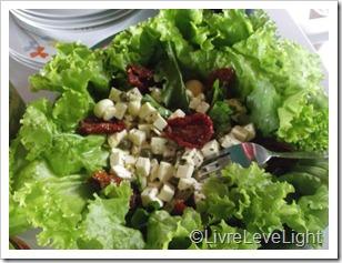 Saladão: Alface, rúcula, queijo branco, tomate seco e alcaparras