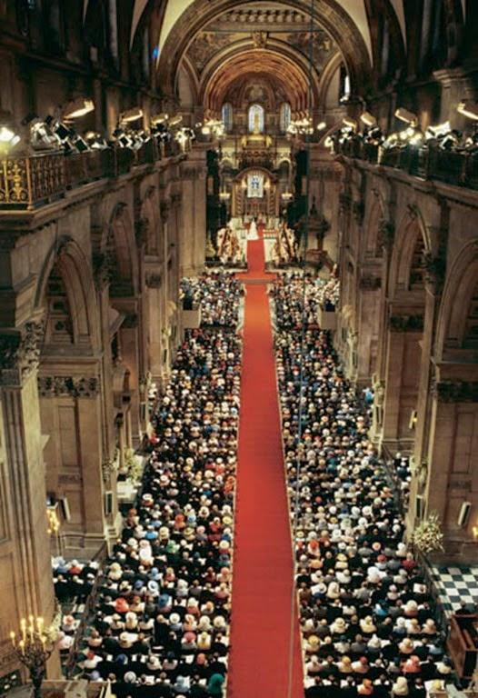 Un total de 3.500 personas se congregaron en la Catedral de St. Paul, entre los que se encontraban familiares y amigos de los novios, soberanos reinantes de la vieja Europa y varios Jefes de Estado y Gobierno