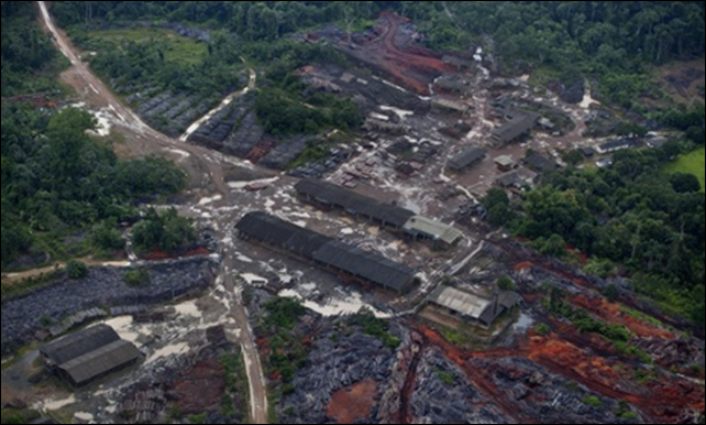 Aerial view of a tree poachers' sawmill in the middle of the Brazilian Amazon rainforest, close to the river Curu do Sul, Pará State. 78 percent of the wood shipped from Pará is illegally felled, while the figure is 54 percent in Mato Grosso. Photo: Marizilda Cruppe / Greenpeace