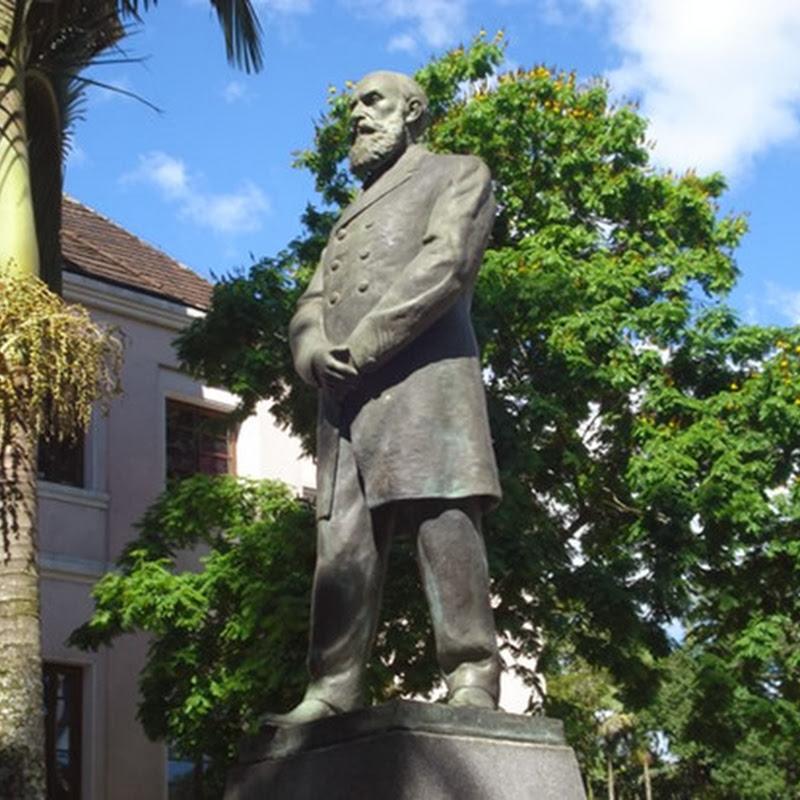 Os quatro lugares da estátua do Dr. Blumenau