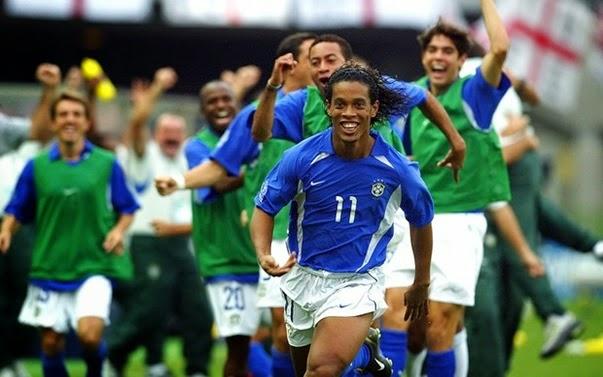 Ronaldinho marca contra a Inglaterra em 2002