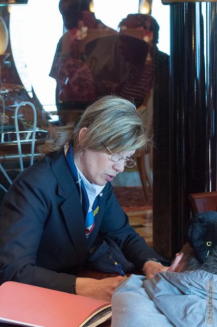 16. Круиз на Costa Concordia. День 7-й. Морской день, из Фуншала в Малагу, через гибралтар. Рита продаёт билеты на обзорку по лайнеру.