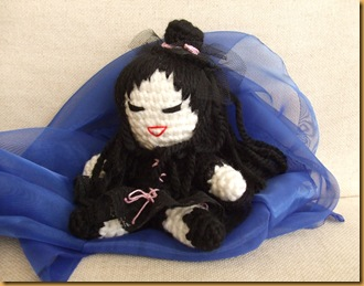 muñeca gótica amigurumi