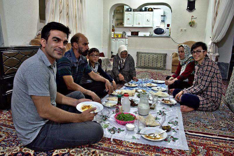 La masa cu Hasheen si cu familia lui.