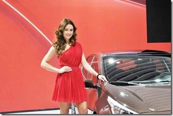 femei frumoase la salonul auto geneva