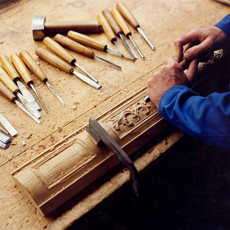 Belgian craftsmanship - Handcarving craft for a staircase post