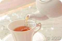 Tea-pouring-into-glass