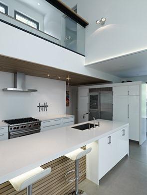 cocina-blanca-integrada-al-salon