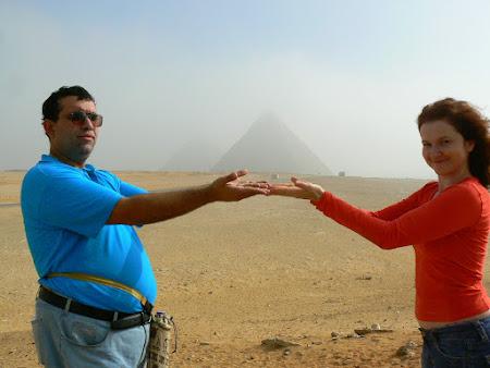 2010 Tin Piramidele in maini.JPG