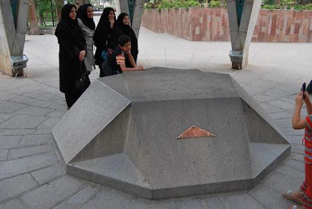 Mausoleu Iran: Mormantul lui Omar Khayyam