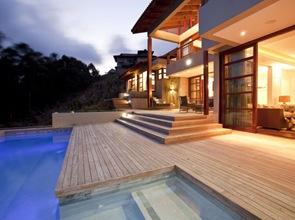 terraza y piscina de diseño moderno