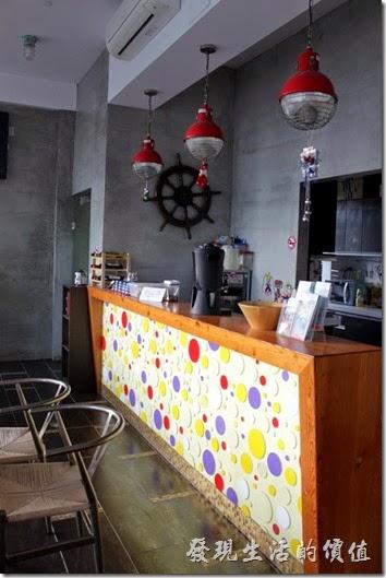 屏東-林邊東港-「發現號祕境民宿(Discovery)」的一樓櫃檯及餐廳的空間也都被設計模擬成有輪船上空間。