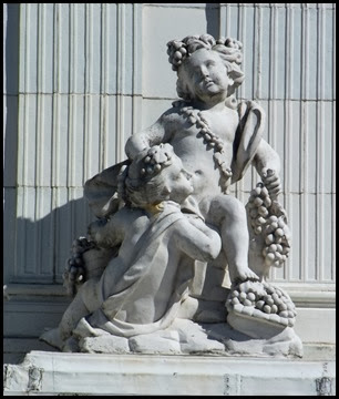 Rosecliff balcony statues1