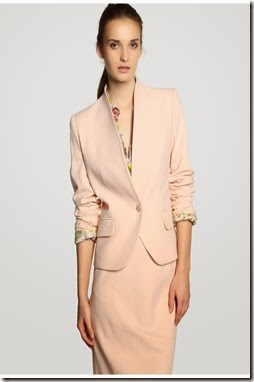 rosa nude, con cuello tipo chimenea y cierre de botón 69,95€ Antea