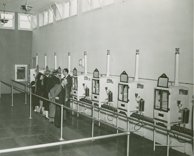 Infant Incubator - Men and women looking at babies in incubators New York World´s Farir (193-1940)