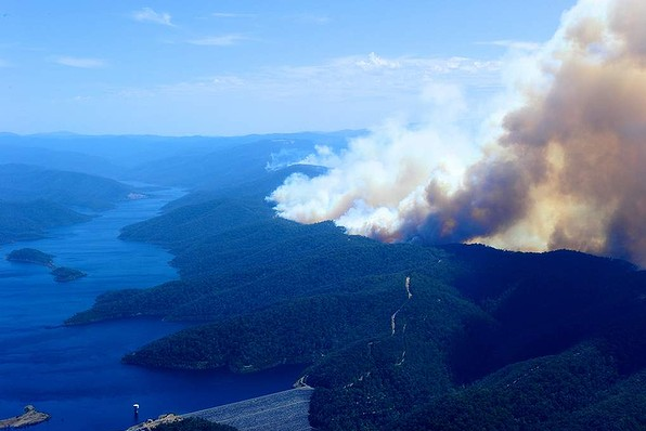 Bushfires in Gippsland near the town of Glenmaggie, near the Thompson Lake, 20 January 2013. Photo: Wayne Taylor / the Age