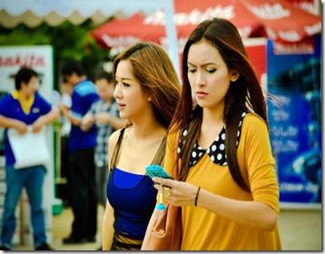 Antara penyokong di Rajamangala Stadium, Bangkok, Thailand.