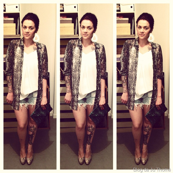Look camisa estampada, shorts jeans destroyed, carteira e pump de snake print (2)