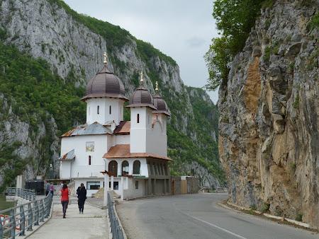 Imagini Mehedinti: Biserica din Cazanele Dunarii