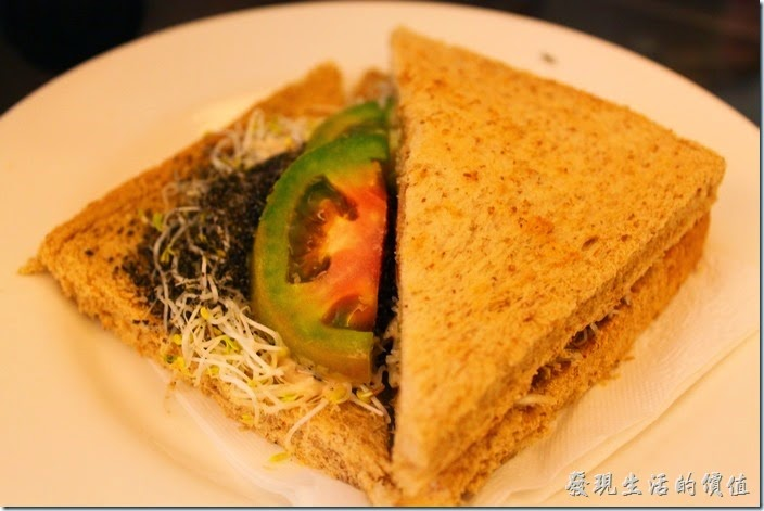 台南-伊莉的店和緯路分店。A餐全麥芽菜三明治,除了芽菜之外還有芝麻及牛番茄。