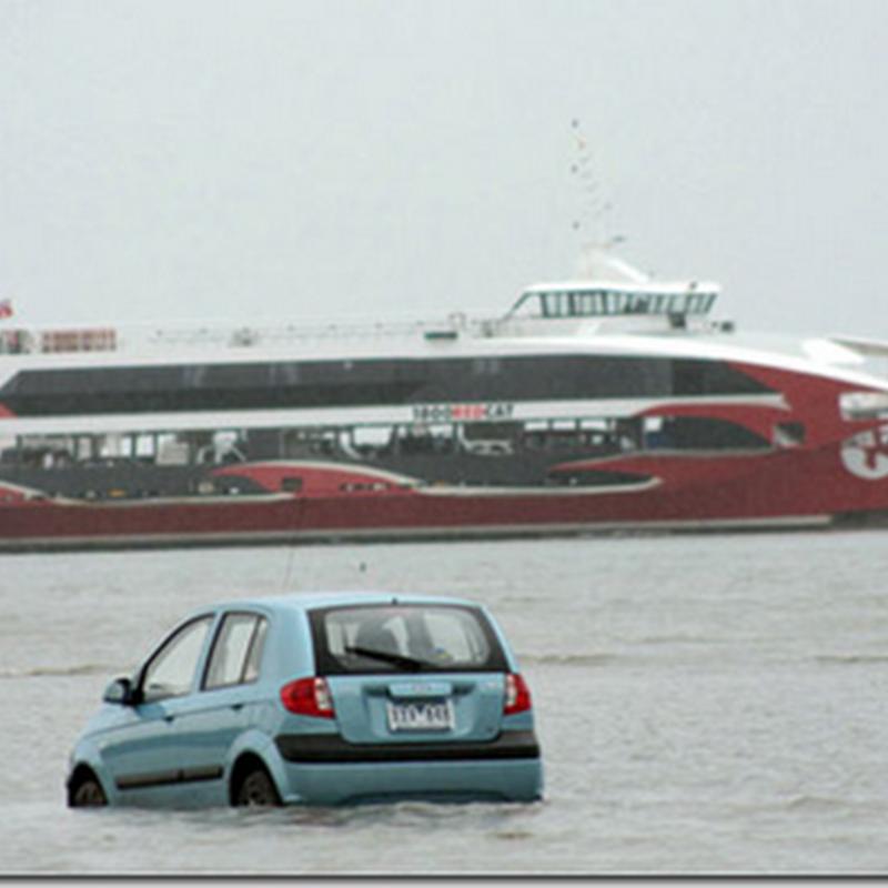 Gara-gara ikut petunjuk GPS , akhirnya masuk laut !