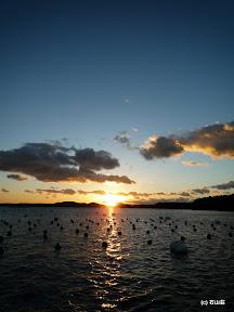 2010年の冬至の日に撮影した夕日です。明るさが強い夕日でコントラストが!