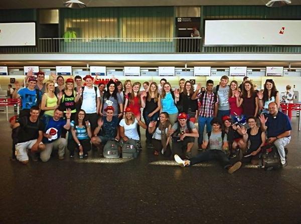 Pfr. Konrad Rieder und die Jugendlichen am Flughafen Zürich