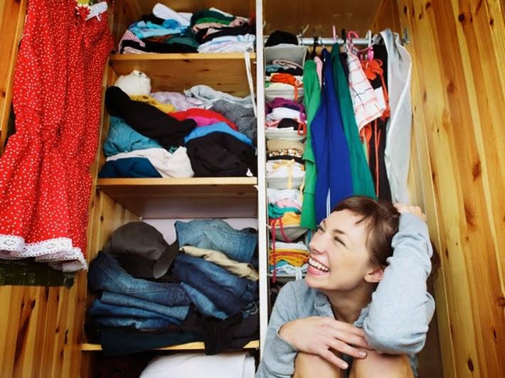 armario-guarda-roupas-baguncado