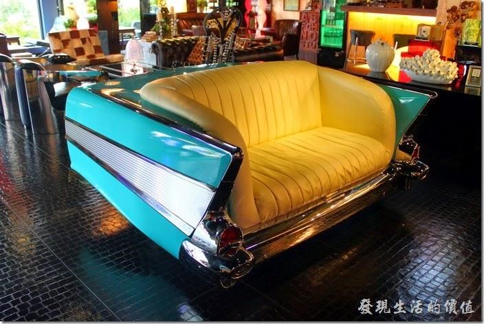 墾丁-冒煙的喬雅客商旅。大廳內散落著許多1:1比例的復古凱迪拉克雙人沙發座椅,是情侶們拍照的最愛景點。