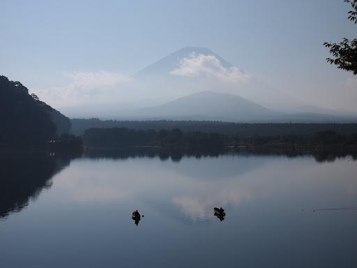 [写真]精進湖。ちょびっと逆さ富士