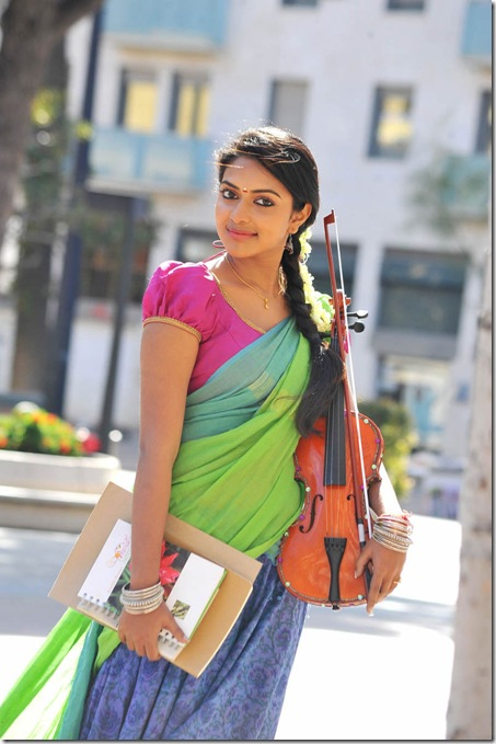Amala Paul glamorous hot photos in Iddarammayilatho movie