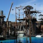 Le décor de Waterworld (pas le film, le spectacle; qui lui est aussi populaire que le film dont il est inspiré a été un bide). Au programme, pétards, explosions, bateaux, jet-skis, plongeons, un hydravion venu de nulle part... et surtout des litres de flotte sur le public. Mais c'est ça qu'on aime.