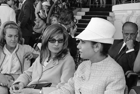Monica Vitti con l'attrice Rossana Schiaffino alle corse dei cavalli a Capannelle a Roma, nel maggio del 1964