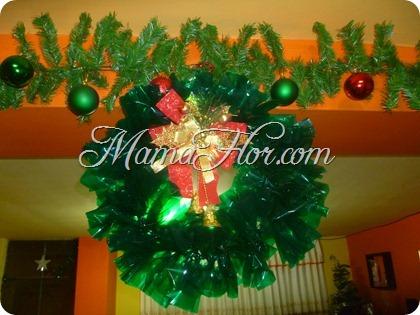 Como hacer una corona navide a con papel celof n manualidades mamaflor - Como hacer coronas navidenas ...