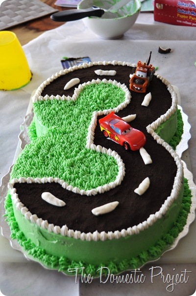 TheDomesticProject - Simple step by step instructions for decorating a Cars cake  (13)