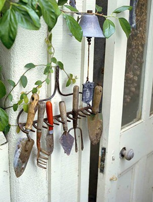 garden-tool-organizer-recycling-rake