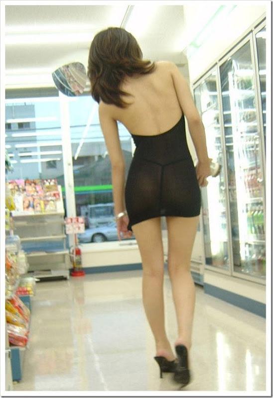 Garota com um mini vestido no supermercado (2)