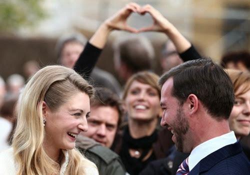 29934_m.jpgMirada cómplice de Guillermo de Luxemburgo y Stéphanie de Lannoy tras su boda civil