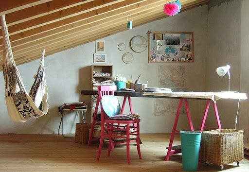 Strychu, gdzie sufit jest pochylona, jest idealnym miejscem na hamaku.  Hang jeden, i nagle przestrzeń, która była kiedyś bezużyteczny w mgnieniu oka zmienia.