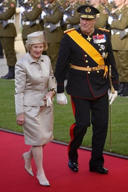 La reina Sonja (izda) y el rey Harald de Noruega