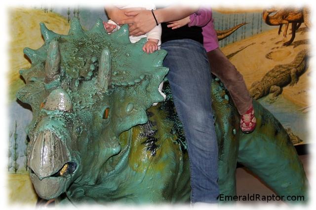 Jeg og barna rir på en triceratops