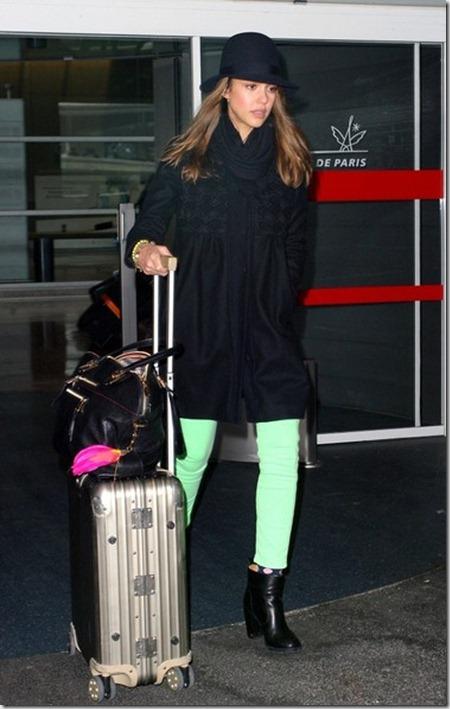 Alba arrives in Paris 3vvDoY75-GGl