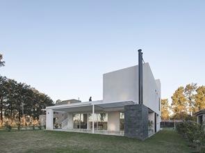 Casa ra dise o minimalista arquitecto pablo anzilutti for Casas minimalistas en argentina
