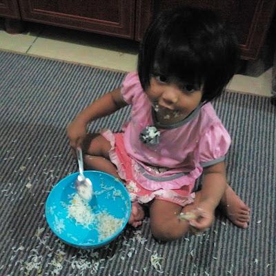 Biar anak makan sendiri ?