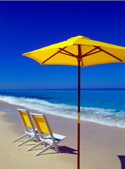 gele-parasol-blauwe-lucht