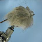Myszka jest gotowa . Dzięki zastosowaniu pianki będzie miała zdolność utrzymywania się na powierzchni pomimo nasiąknięcia sierści wodą. Najlepiej sprawdza się prowadzona kilkoma krótkimi pociagnięciami sznura , przedzielonymi kilkusekundową przerwą – wtedy najczęściej następuje atak.